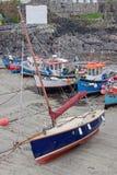 Boote bei Ebbe in Coverack-Hafen Großbritannien Lizenzfreie Stockfotos