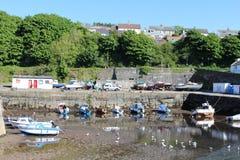 Boote bei Ebbe Dunure-Hafen, Ayrshire-Rind, Schottland Lizenzfreie Stockfotos