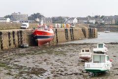 Boote bei Ebbe in einem Hafen Stockfotografie