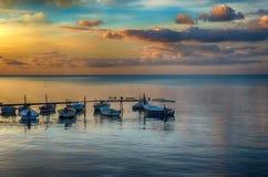Boote bei Sonnenuntergang auf adriatischer Küste Stockfotografie