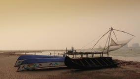 Boote bei Sonnenuntergang auf Strand, Fort Kochi, Süd-Indien stock footage