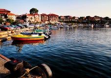 Boote, Boote und alte Yachten nahe dem Pier Tragen Sie in der Stadt von Nessebar, Bulgarien Stockfoto