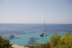 Boote in Cala Tarida lizenzfreie stockbilder