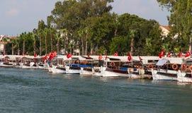 Boote in Dalyan-Fluss Stockfoto