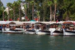 Boote in Dalyan-Fluss Stockfotos