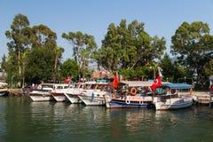 Boote in Dalyan-Fluss Stockbilder