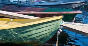 Boote in dem Fluss legen am vollen Tag an Stockfotos