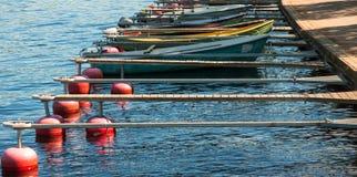 Boote in dem Fluss legen am vollen Tag an Lizenzfreie Stockfotografie