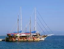 Boote in den Hafenesprit Kroatien-Markierungsfahnen Lizenzfreies Stockfoto