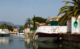Boote in den Kanälen von Empuriabrava Lizenzfreie Stockfotos