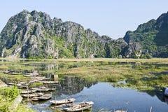 Boote in den Reflexionen von Ninh Binh Lizenzfreie Stockbilder