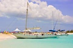 Boote an den Türken und an Caicos verlassenem Strand Stockfoto