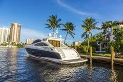 Boote an den Ufergegendhäusern im Fort Lauderdale Stockfoto
