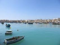 Boote in der azurblauen Bucht Stockfotografie