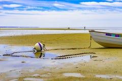 Boote in der Provincetown-Küste bei Ebbe MA Stockbilder