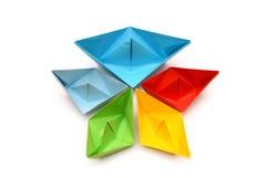 Boote des farbigen Papiers, Origami Abstraktes Papierdesign Stockfotos