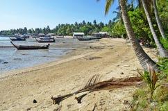 Boote des Fischerlangen schwanzes bei Ebbe in Mook-Insel lizenzfreie stockfotografie
