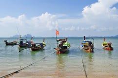 Boote des Fischerlangen schwanzes in Mook-Insel lizenzfreie stockfotografie