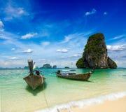 Boote des langen Hecks auf Strand, Thailand Stockfoto