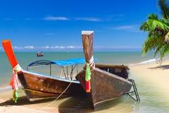 Boote des langen Schwanzes auf der Küste von Andaman-Meer Lizenzfreie Stockbilder