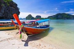 Boote des langen Schwanzes auf der Küste von Andaman-Meer Stockfoto