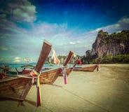 Boote des langen Schwanzes auf Strand, Thailand Stockbilder