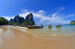 Boote des langen Schwanzes bei Railay setzen nahe AO Nang, Thailand auf den Strand lizenzfreie stockfotografie