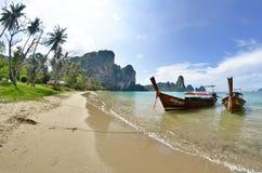 Boote des langen Schwanzes bei Tonsai setzen zwischen AO Nang und Railay auf den Strand lizenzfreie stockbilder