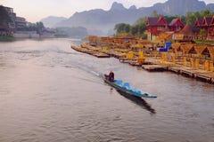 Boote des langen Schwanzes im Fluss Lizenzfreies Stockbild