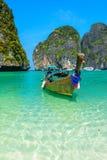 Boote des langen Schwanzes in Maya Bay, Thailand Lizenzfreie Stockbilder