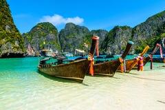 Boote des langen Schwanzes in Maya Bay, Thailand Stockfotografie