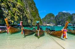 Boote des langen Schwanzes in Maya Bay, Thailand Lizenzfreies Stockfoto
