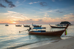Boote des langen Schwanzes mit Sonnenaufganghimmel in Koh Lipe Island Lizenzfreies Stockbild