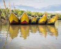 Boote des langen Schwanzes am Pier Stockbild