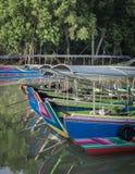 Boote des langen Schwanzes am Pier Stockfotografie