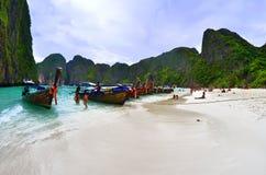 Boote des langen Schwanzes in sehr berühmten Maya Bay in Phi Phi-Insel, Thailand lizenzfreie stockbilder
