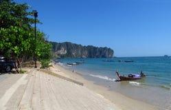 Boote des langen Schwanzes in Stränden und in den Inseln Thailand AoNang Krabi Lizenzfreies Stockbild