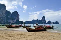 Boote des langen Schwanzes an Tonsai-Strand nahe Railay stockbild