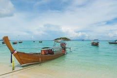 Boote des langen Schwanzes zeichneten entlang dem Strand in Koh Lipe-Insel in Thailand Lizenzfreie Stockbilder