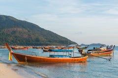 Boote des langen Schwanzes zeichneten entlang dem Strand in Koh Lipe-Insel in Thailand Lizenzfreies Stockbild