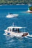 Boote, die in adriatisches Meer in Kroatien segeln Stockfotos