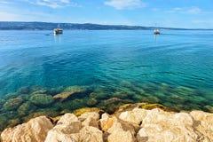 Boote, die in adriatisches Meer in Omis segeln Stockbild