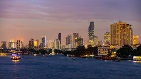 Boote, die auf Chao Praya River in Bangkok, Thailand kreuzen lizenzfreie stockbilder