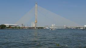Boote, die auf Chao Praya River, Bangkok, Thailand kreuzen stock video