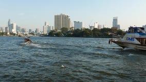 Boote, die auf Chao Praya River, Bangkok, Thailand kreuzen stock footage