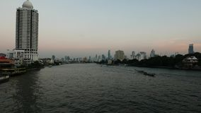 Boote, die auf Chao Praya River, Bangkok, Thailand kreuzen stock video footage