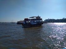 Boote, die auf das Wasser dort geht zu den Plätzen schwimmen stockfoto