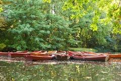 Boote, die auf See im Park treiben Stockfotos