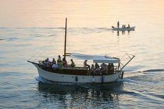 Boote, die bei Sonnenuntergang segeln Stockfotos