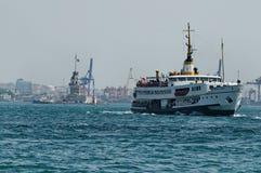Boote, die in Bosphorus segeln stockbild